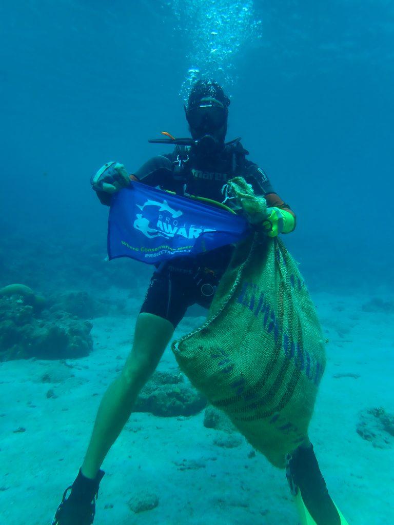 Afval opruimen in zee